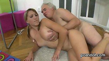 nun seduce schoolgirl Lesbicas se divertindo na cama