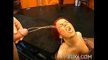 throat into cumshot Leche de bukkake para la puta