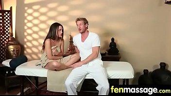 young high asian girl in gear massage a Surpris par une passante