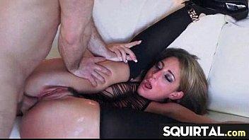 does how she much squirt Piernas abiertas en el bus